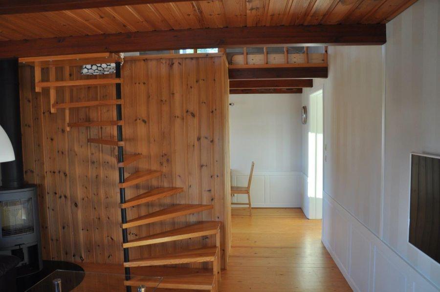 Der Blick auf den Flur zur Küche und die Treppe zum Schlafboden.