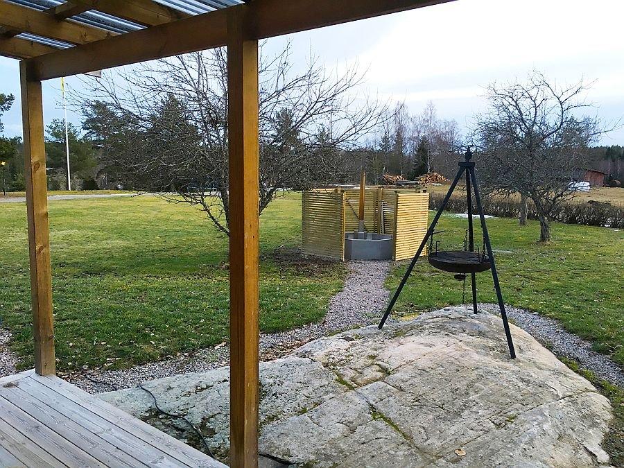 Blick auf den Garten mit Grill und dem Hot Tube.