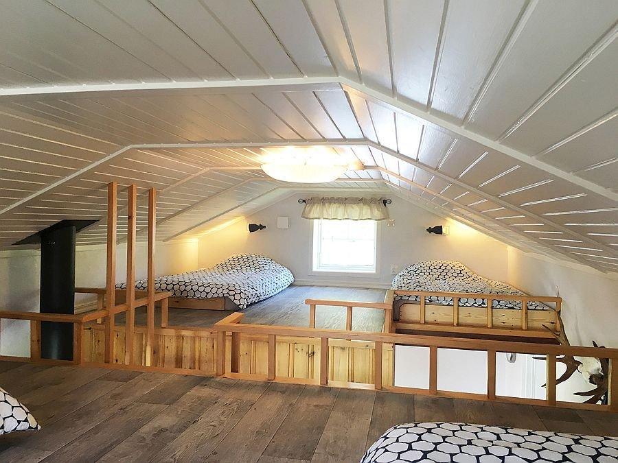 Der Schlafboden mit Blick auf die Betten.