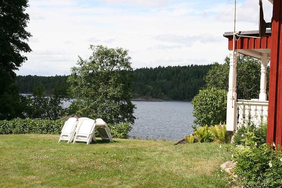 Das Ferienhaus liegt direkt am Seeufer