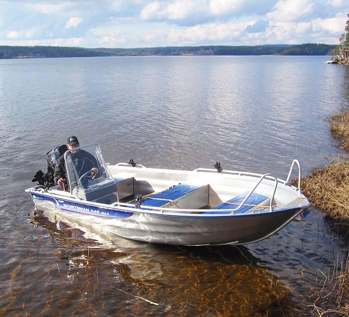 Das inklusive Motorboot.