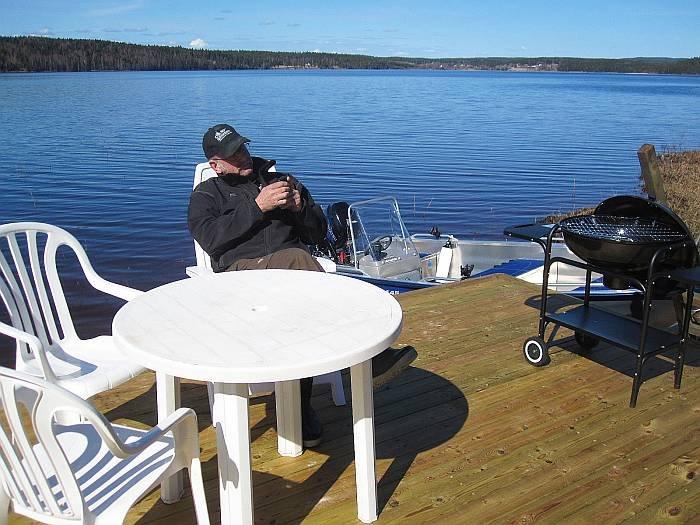 Bootsplatz mit Sitzecke und Grill.
