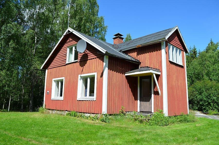 Das Ferienhaus bietet Platz für bis zu 6 Personen und liegt nur 30 Meter vom Wasser entfernt.