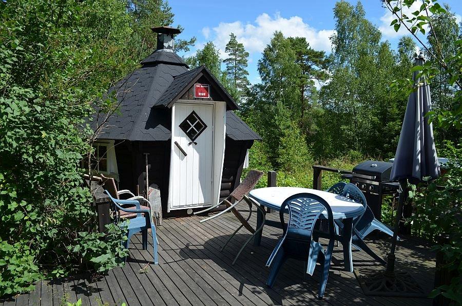 Die Grillhütte und die Terrasse.