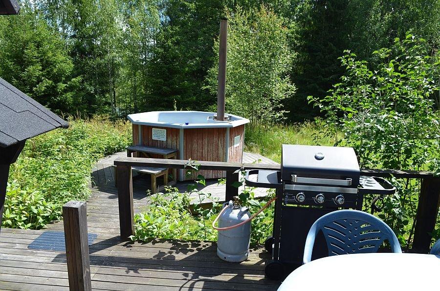 Der Garten mit Grill und Badezuber,
