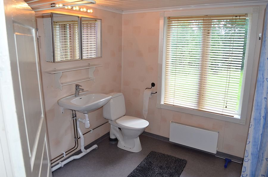 Das Badezimmer mit Dusche und WC.