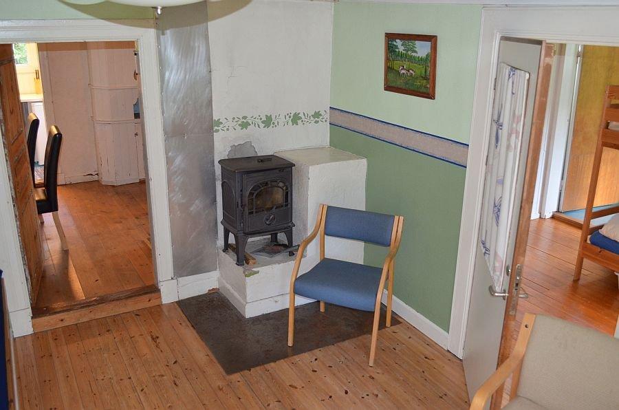 Der Wohnbereich mit kleinem Holzofen,