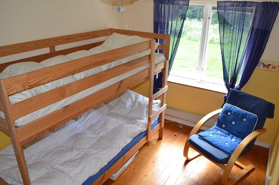 Ein Schlafzimmer mit Etagenbett. Achtung! Dies ist ein Durchgangszimmer,