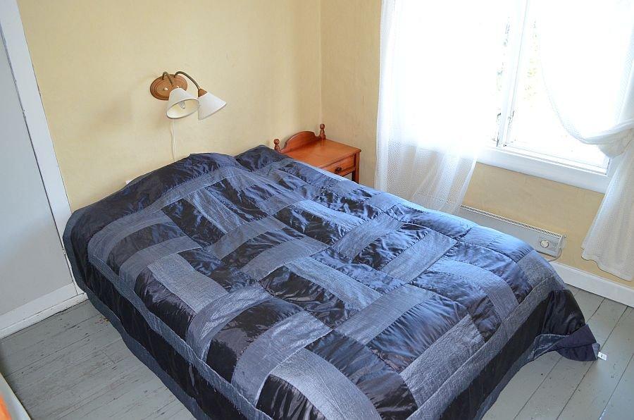 Eines der Schlafzimmer mit einem Doppelbett. Achtung! Durchgangszimmer!
