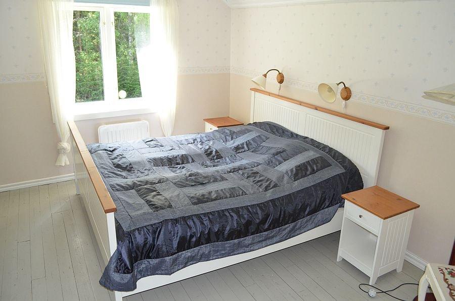 Eines der Schlafzimmer mit einem Doppelbett.