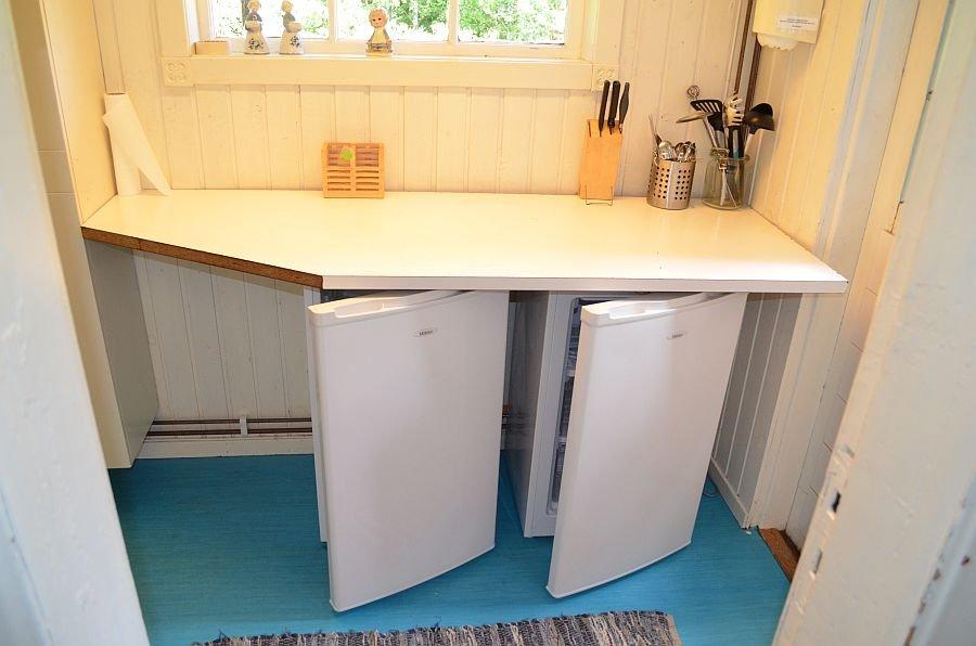 Zwei Kühlschränke in der Küche,