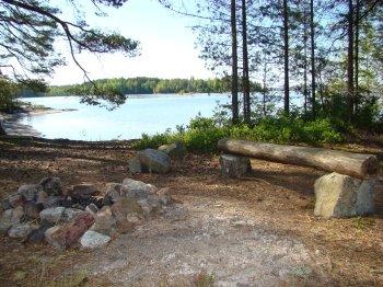 Feuerstelle am Ufer des Sees.