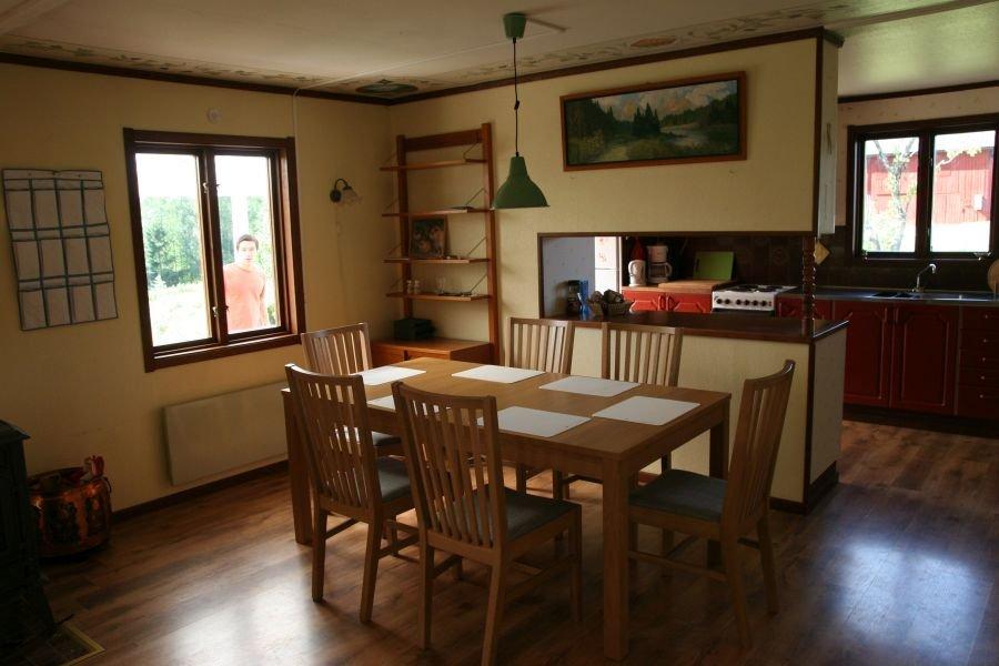 Ein großer Esstisch, ideal mit Durchreiche zur Küche.