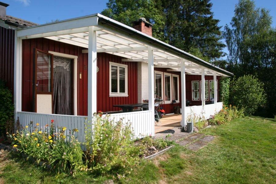 Von der Veranda des Haupthauses haben sie einen genialen Blick auf den Bootssteg und die schwedische Natur