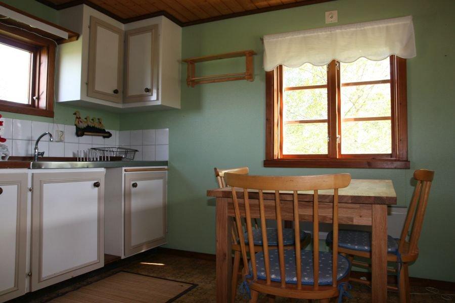 Sogar ein kleiner Esstisch steht in der Küche im Nebenhaus.
