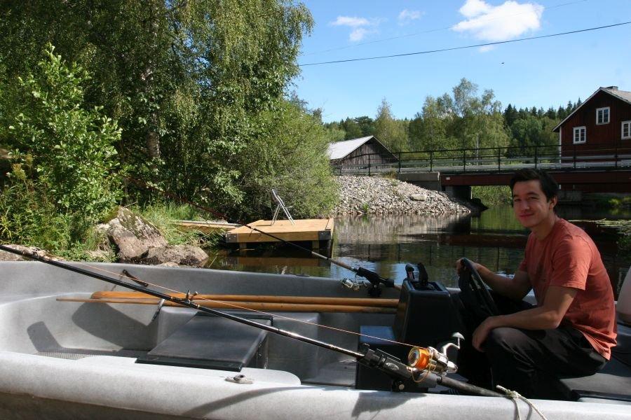 Der Sohn des Eigentümers mit dem Inklusivboot kurz vor der Angeltour.