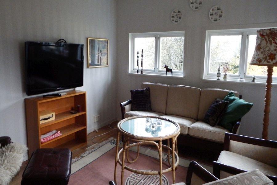 Gemütliches Wohnzimmer mit bequemen Sesseln und Sofas.