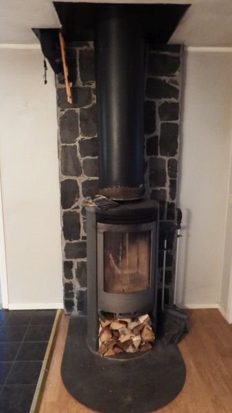 Ein Kaminofen sorgt für Wärme und ein gemütliches Ambiente.
