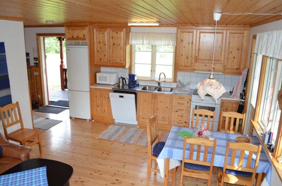Die Küche und der Essbereich.