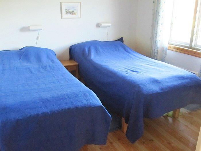 Schlafzimmer mit Doppelbett.