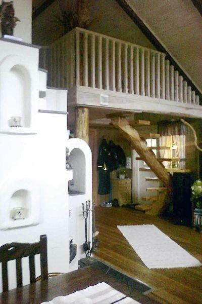 Die Treppe im Hintergrund führt hinauf zum Schlafboden.