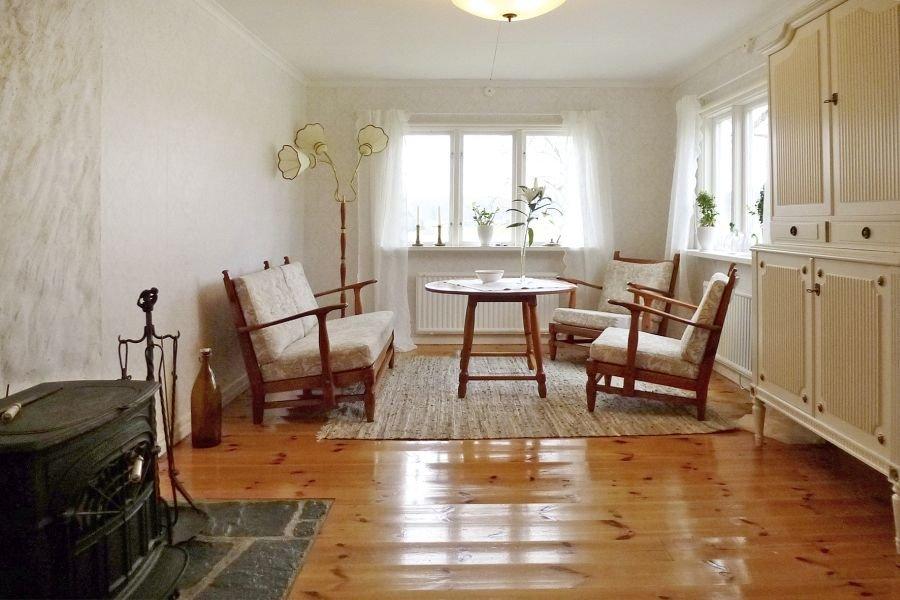 Tolles Wohnzimmer mit einem kleinen Holzofen der zum gemütlichen Beisammensein einlädt.