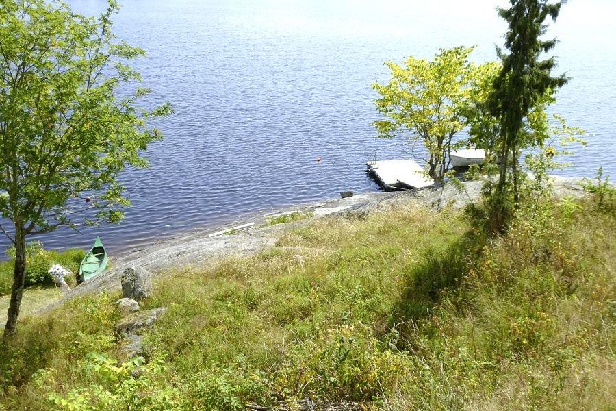 Der Blick vom Haus auf den Bootssteg.
